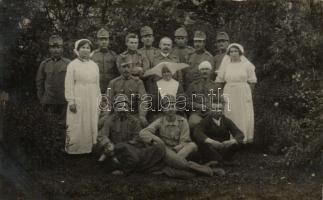 Hungarian Red Cross nurses with wounded soldiers, photo, A Magyar Vöröskereszt ápolónői sérült katonákkal, fotó