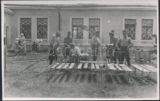 WWII military postcard from Zakarpattia Oblast, nurses and soldiers installing hospital beds, photo, II. világháborús katonai lap Kárpátaljáról, katonák és nővérek kórházi ágyakat szerelnek, fotó