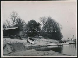 cca 1950 Ék Sándor (1902-1975) festőművész: Budapest, a Római parti csónakházak, fotó jelzés nélkül, a szerző hagyatékából, 24x16 cm