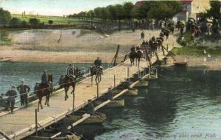 Artillerie beim Übergang über einen Fluss / WWI German military, crossing on a pontoon bridge, cavalry, I. világháború, német tüzérek átkelése a folyón, hajóhíd
