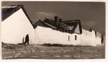 cca 1960 Dezső Pál (Kecskemét): A város peremén, feliratozott, kiállítási emlékpecsétekkel ellátott vintage fotóművészeti alkotás, 23x39 cm