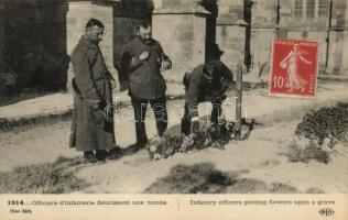WWI French military officers putting flowers upon a grave, I. világháború, francia tisztek virágot visznek egy sírra