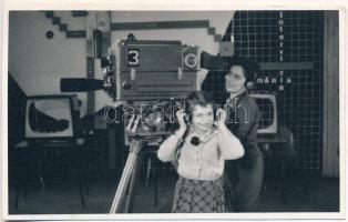Czóbel Anna (1918-2012) magyar operatőr, egyetemi tanár, érdemes művész fotója, 8x13cm