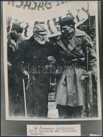 1848-as és 1918-as katonák találkozása korabeli fotó másolata 18x24 cm