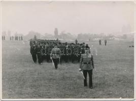 cca 1940 Gyakorlatozó rendőrök. A M. kir rendőrség Budapesti Rendőri Őrségének Főparancsnoksága.12x9 cm