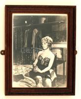 Joanne Woodward (1930-) amerikai színésznő, producer  saját kezű aláírása egy a művésznőt ábrázoló fotón, üvegezett keretben, 25x20cm