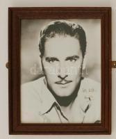 Errol Leslie Thomson Flynn (1909-1959) ausztrál származású amerikai filmszínész saját kezű aláírása egy a művészt ábrázoló fotón, üvegezett keretben, 25x20cm