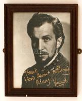 Vincent Price, Jr. (1911-1993) amerikai színész saját kezű aláírása egy a művészt ábrázoló fotón, üvegezett keretben, 25x20cm