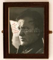 Sir Richard Burton (1925-1984) walesi színész, rendező és producer saját kezű aláírása egy a művészt ábrázoló fotón, üvegezett keretben, 25x20cm