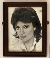 Jacqueline Bisset (1944-) brit színésznő  saját kezű aláírása egy a művésznőt ábrázoló fotón, üvegezett keretben, 25x20cm