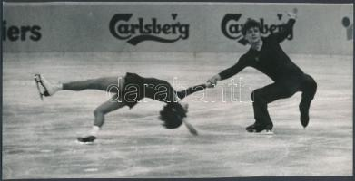 cca 1985 Jégtánc, vintage fotósorozat, 7 db fénykép, 24x18 cm és 12x24 cm közötti méretekben