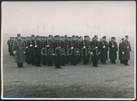 cca 1940 Gyakorlatozó rendőrök. A M. kir rendőrség Budapesti Rendőri Őrségének Főparancsnoksága. Baleseti Járőr. Pecséttel jelzett fotó 12x9 cm