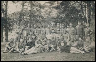 1916 Rokkantügyi hivatal besztercebányai különleges gyógyintézetének kirándulása, Somogyi hadnagy, verzón feliratozott katonai fotó, 9x14cm