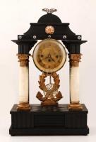 XIX. sz. közepe: Nagyméretű biedermeier zenélő asztali óra, alabástrom oszlopokkal. A zenélő szerkezet egy Schubert dallamot játszik, kb 3 percig, az ütős szerkezet negyedütős, korona járattal, működő állapotban, kulccsal. Alabástrom oszlopon kis repedés. XIXth century biedermeier table clock with music plaxing mechanics, that plays a Schubert tune. The mechanics also strikes half and quarter. With albaster columns. Works well. 38x62 cm