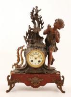Madarászó ifjút ábrázoló antik asztali óra. Szép, hibátlan zománc számlappal, repedt üveggel. Márvány talpazaton álló spiáter szobor, az egyik díszítés mozog. Felet és egészet üt. Működőképes, jó állapotban. Kulccsal /  Vintage table clock with statue of a birdwatcher. With nice enameled dial, strikes half and whole. With winding key. One ornament is instable