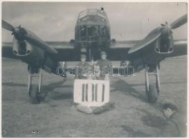 1943 Keleti front magyar repülősök a keleti fronton ünneplik a 100. légibevetést. Feliratozott fotó. / 1943 Hungarian air force pilots 100th deployment. 15x11 cm