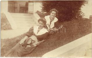 Ladies in polka dotted dresses, photo, Hölgyek pöttyös/babos ruhában, fotó
