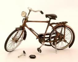 Teljesen funkciónális élethű bicikli makett fémből forgatható alkatrészekkel, pedállal, lánccal, Egyik kormányszarv letört, de egy pötty forrasztással visszahelyezhető / Completely functional bike modell, with a rapairable fault. 30x19 cm