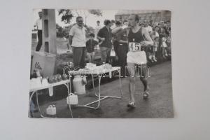 Abdon Pamich (Olaszország) 1966-os Atlétikai Európa Bajnokság aranyérmese 50 km gyaloglás, nagyméretű fotó, 30x39cm