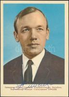 Alekszej Jeliszejev (1934- ) szovjet űrhajós aláírása őt magát ábrázoló fotólapon /  Signature of Aleksei Eliseyev (1934- ) on a photograph of himself