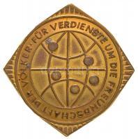 NDK ~1960. Népek Közötti Barátságért Liga fém jelvény dísztokban (33mm) T:2 GDR ~1960. Liga Für Völkerfreundschaft der DDR metal badge in case (33mm) C:XF