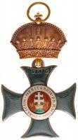 1830/1910. A Magyar Királyi Szent István-rend kiskeresztje zománcozott arany kitüntetés, mellszalag nélkül. Újraadományozott kitüntetés, a keresztet az 1870-es éveket megelőzően készítették, fémjel ezért nem található rajta, míg a korona és a medalion részt a Kancellárián az 1900-as évek elején a modernebb típusra cserélték. Eredeti Rothe - Wien gyártói jelzésű, kicsit sérült tokban. T:2 a medalion hátlapja hiányzik, kissé hajlott fül, alatt apró ütésnyom / Hungary 1830/1910. Royal Hungarian Order of St. Stephen, Small Cross enamelled gold decoration, without ribbon. Re-awarded, the cross was made sometime before 1870 and therefore it is without hallmark. The Crown and Medallion parts were replaced with modern types by the Chancellery during the early 1900s. In original, somewhat damaged case with Rothe - Wien makers mark. C:XF reverse side of the medallion is missing, small ding below the slightly curved ear  NMK 19.