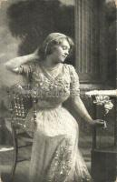 Lady with flower (worn corners), Nő virággal (kopott sarkak)