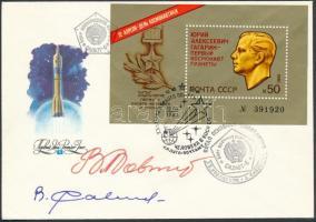 Vlagyimir Kovaljonok (1942- ) és Viktor Szavinih (1940- ) szovjet űrhajósok aláírásai emlékborítékon /  Signatures of Vladimir Kovalyonok (1942- ) and Viktor Savinykh (1940- ) Soviet astronauts on envelope
