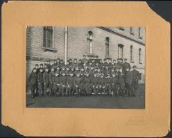 1940 Katonai tablófotó, kemény hátú fotó, Borsay color fotó Budapest, a karton sarkai sérültek, hiányosak, de a fotó ép, 20x24 cm.