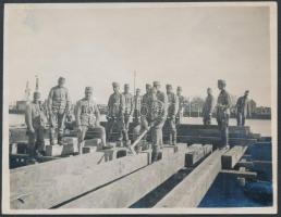 1915 Brückenschlag, Hídépítés. Fotó a Szerbia elleni hadjárat idejéből, hátoldalán feliratozva / Hungarian soldiers, bridge construction during the Serbian campaign of World War I, 8×11 cm