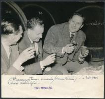 1961 Bessenyei Ferenc (1919-2004) kétszeres Kossuth-díjas színművész fotója Húsipari Vállalat vezetőivel, fotó alatt feliratozva, 13x18 cm
