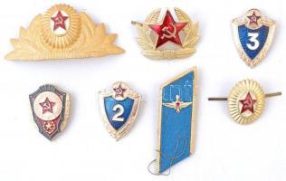 Szovjetunió ~1970-1980. 9db-os sapkajelvény és jelvény, valamint vállap tétel, közte Szovjet Gárda jelvény (2x) aranyozott, zománcozott fém jelvény csavaros hátlappal (45x34mm) T:2,2- zománchiba Soviet Union ~1970-1980. 9pcs of cap badge, badge and epaulet, including Badge of the Soviet Guards (2x) gilt, enamelled metal badge with screw back (45x34mm) C:XF,VF enamel error