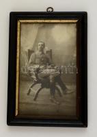 cca 1914-1918 Katonatiszt fotója, üvegezett fa keretben, 19,5×12 cm