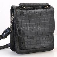 Lakkbőr hatású fekete, többrekeszes női táska, mágneses patenttal záródik, jó állapotban, 18x21x8 cm