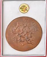 Somogyi Árpád (1926-) ~1980. T.O.T. (Termelőszövetkezetek Országos Tanácsa) / Kiváló Termelőszövetkezeti Munkáért Br emlékérem tokban, mellette zománcozott jelvény (95mm) T:1-