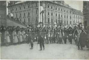 Budapest, IV. Károly király koronázása, a képviselőház és főrendiház felvonulása, Erdélyi udv. fényk. felvétele (EK)