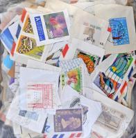 Kb. 280 g áztatnivaló külföldi bélyeg néhány forgalmival