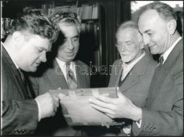 cca 1960 Kodály Zoltán (1882-1967) zeneszerző vendégei társaságában, vintage fotó, 18x24 cm