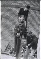 1945 Budapest, háborús bűnös nyilvános kivégzése, 2 db vintage negatívról készült mai nagyítás 18x25 cm-es fotópapírra
