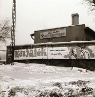 1971 Budapest, a Fővárosi Moziüzemi Vállalat hirdető oszlopai, plakáthelyei, kirakatai, ahol az új filmeket hirdették, 13 db szabadon felhasználható, vintage negatív, 6x6 cm