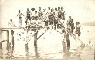 1911 Crikvenica, Cirkvenica; fürdőzők egy stégen / bathing people, Wilim Berger Fotograf photo (EK)
