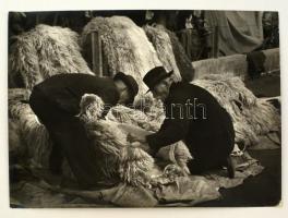 cca 1960 Medgyesi László (?-?): Suba vásár, feliratozott vintage fotóművészeti alkotás, 40x30 cm