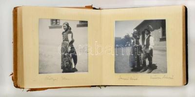 cca 1940 Egy falu élete. Fejezetek az erdélyi Magyarvista életéből. 40 db feliratozott fotó, többségében népviseletbe öltözött szereplőkkel, kissé viseltes műbőr albumban, 6x6 cm.