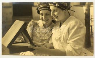 cca 1930 Tükör előtt, jelzés nélküli vintage fotóművészeti alkotás, 23x39 cm