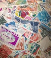 ~176 g külföldi bélyeg tasakban ömlesztve