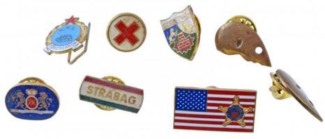 17db-os vegyes, magyar és külföldi jelvény és katonai gallérjelvény, közte Vöröskeresztes jelvény és Egyesült Államok Titkos Szolgálat jelvény T:2 17pcs of various badges and military collar badges, including Red Cross badge and United States Secret Service badge C:XF