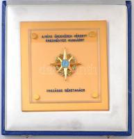 DN A béke érdekében végzett eredményes munkáért - Országos Béketanács zománcozott, aranyozott üveg és Br plakett dísztokban (119mm) T:1-