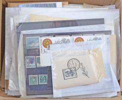 Csehszlovákia terjedelmes és tartalmas tétel kereskedői hagyatékból karton dobozban benne sorok, blokkok, kisívek, régi és újabb anyag, Szlovákia, Böhmen und Mähren kevés egyéb külföld