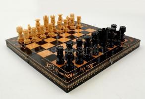 Fa sakktábla, szép díszítéssel, hiánytalan sakkfigurakészlettel, jó állapotban, 32x32 cm