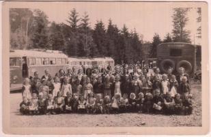 cca 1949 Mátrafüred csoportkép Ikarusokkal a háttérben. Fotólap